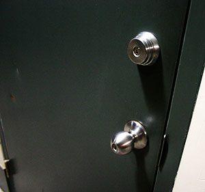 Comm-Hollow-door